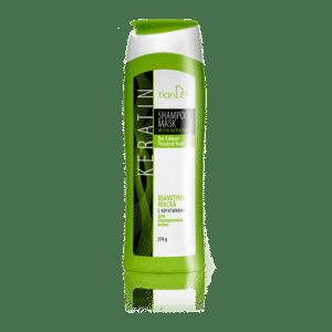 Șamponul - mască conține un complex Silsoft Q care vă va păstra culoarea părului perfectă timp de 7-8 săptămâni sau aproximativ 20 de spălări. Elementul cheie al acestui produs este keratina, o proteină naturală, ce ajută la restabilirea structurii firului de păr. Șamponul – nu conține sulfat și parabeni. Produsul asigură o îngrijire ușoară pentru păr și scalp. Produsul protejează culoarea și face ca efectele de îndreptare și laminare a keratinei să dureze mai mult. Șamponul mască pentru păr colorat este un produs 2 în 1: spălare și îngrijire ușoară a părului. Nu este nevoie să folosiți un balsam după ce utilizați aceast produs. Este ideal pentru așa-numita co-spălare - o metodă populară de spălare a părului cu un balsam. Co-spălarea este potrivită în special pentru părul colorat și deteriorat cauzată de uscare, periaj, îndreptare, curling și alte proceduri de coafare. Ca și ingrediente pe lângă keratină conține și multe vitamine ce ajută la hrănirea și hidratarea firului de păr. Aminoacizii din keratină pătrund adânc în păr și hrănesc scalpul, umple și regenerează zonele deteriorate. Leagă straturile interne deteriorate și restaurează stratul natural de keratină. Amplifică fiecare fir și crește volumul părului. Vitamina E (tocoferol) hrănește, regenerează și încetinește procesul de îmbătrânire prin neutralizarea radicalilor liberi. Forma activa a vitaminei B3 (nicotinamida) îmbunătățește metabolismul celulelor pielii, hrănește și hidratează intens scalpul. Utilizare: Umeziți părul cu apă caldă. Aplicați șamponul pe toată lungimea firelor de păr și apoi masați ușor timp de 2-7 minute. Apoi clătiți cu apă căldă.