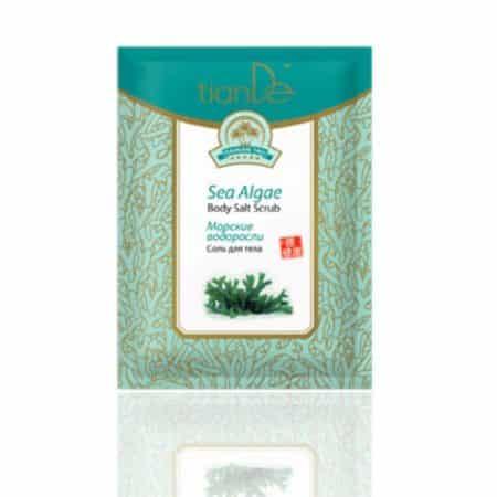 Sarea cu alge marine curăță și exfoliază pielea, îmbunătățește elasticitatea, hidratează, calmează și hrănește pielea, restabilește echilibrul hidro-lipidic al pielii. Produsul conține Fucus pulbere (alge Pacific Ocean), care este un excelent păstrător de umiditate în piele și este saturată cu vitamine, macro și oligoelemente. Sarea de mare curăță pielea, o hrănește cu microelementele necesare, activează metabolismul, mărește tonul și elasticitatea pielii și o face mai catifelată. Algele marine din Oceanul Pacific conțin fucoidan și acid alginic ce ajută la o hidratare intensă. Fucoidanul stimulează procesele regenerative, îmbunătățește elasticitatea pielii și elimină toxinele. Acidul alginic hidratează, hrănește și regeneră pielea și ajută la menținerea elasticității. Algele marine conțin vitaminele A, B1, B2, B3, B6, B9, B12, D, C, E, precum și zinc, mangan și fier. Datorită efectului de peeling ușor, sarea crește circulația sângelui, tonifică, îmbunătățește elasticitatea pielii și ajută la eliminarea celulitei. Sarea de mare are eficiența maximă în contact cu pielea la 38 de grade.Nu conține conservant și nici agent de spumare. Utilizare: Ca gel de duș: aplicați-o pe pielea umezită cu mișcări de masaj. Clătiți bine cu apă. Ca scrub: o dată la 10 zile se poate folosi pe pielea uscată. Curăță pielea de celulele moarte, hidratând-o și catifelând-o. La baie: se adaugă în apa din cadă, făcând astfel o baie relaxantă. Nu stați în cadă mai mult de 20 minute. Ca masaj anticelulitic: masați zona afectată de 2 ori pe zi cu sarea de corp prin mișcări circulare.
