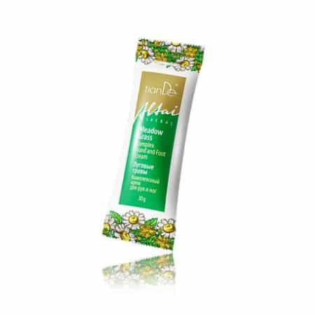 """Datorită formulei bogate în ingrediente active, această cremă din gama Altai Sacral are grijă de toate aspectele mâinilor și picioarelor: hrănește, înmoaie, îmbunătățește tonusul pielii, ajută la menținerea pielii frumoase și tinere și protejează pielea împotriva bacteriilor și factorii de mediu agresivi. Formula conține uleiuri naturale și extracte din plantele din Altai - una dintre cele mai curate destinații de pe planetă. Crema nu conține parabeni și culori artificiale. În același timp, creează o """"peliculă de apă pentru o siguranță suplimentară"""" pe suprafața pielii. Aroma cremei va fi o surpriză plăcută, deoarece vă va aminti de mirosul dulce al pășunii muntelui Altai într-o dupăamiază de vară fierbinte. Corul polifonic al diferitelor ierburi, în special al mirosului dulce amar al pelinului, va crea o atmosferă de pace și armonie. Ambalajele economice în saci mici plate vă permit să obțineți un produs de înaltă calitate la un preț accesibil. Extractul de frunze de salvie conține o mulțime de vitamine, accelerează regenerarea celulară și are un efect tonic. Uleiul de măsline verzi conține acizi grași legați de piele, care sunt perfect asimilați și care îmbunătățesc tonusul și netezesc linii fine. Extractul de frunze de mentă înmoaie pielea, ameliorează iritarea, dă un sentiment de confort. Extractul de flori de mușețel îmbunătățește aspectul general al pielii, înmoaie, calmează, netezește linii fine, sporește elasticitatea pielii. Sunătoarea conține acizi ascorbici și nicotinici, substanțe de bronzare, gume și substanțe amare, uleiuri esențiale, fitonicide. Are un efect multilateral de întărire asupra corpului. Ameliorează tensiunea nervoasă.Utilizare: Aplicați crema pe pielea curată și uscatăa mâinilor sau picioarelor."""
